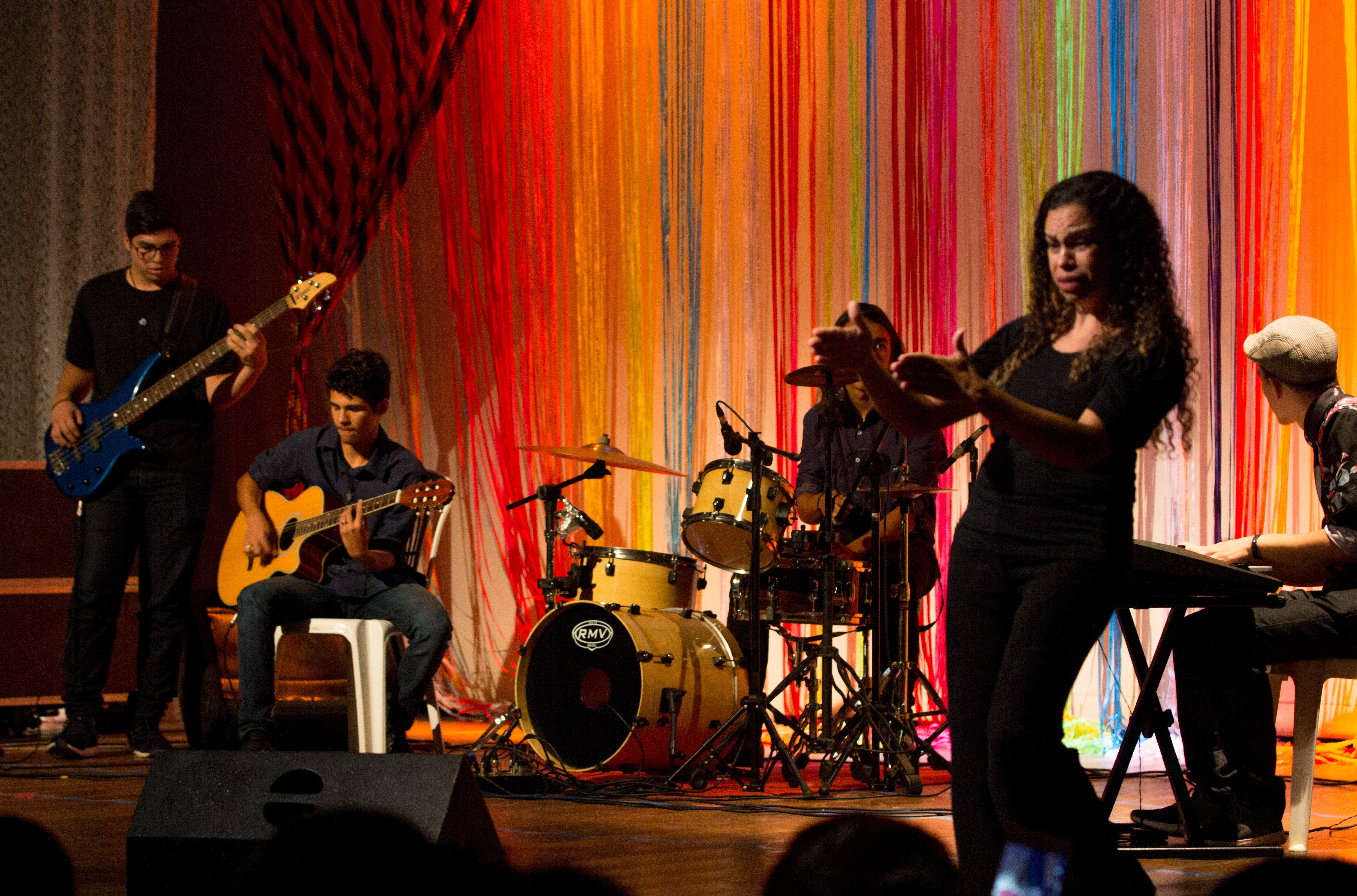 Interpretação em Libras promove inclusão no 1° Famif e brilha junto aos artistas